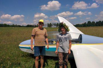 Fluglehrer Konrad Schleinzer mit Sören Gutbrod